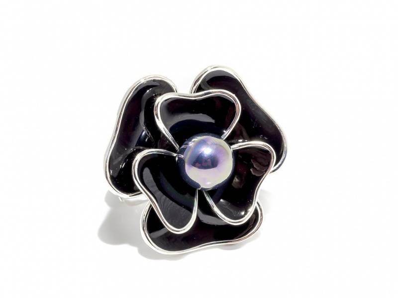 50104 Ring med stor blomst i sort emalje med perle
