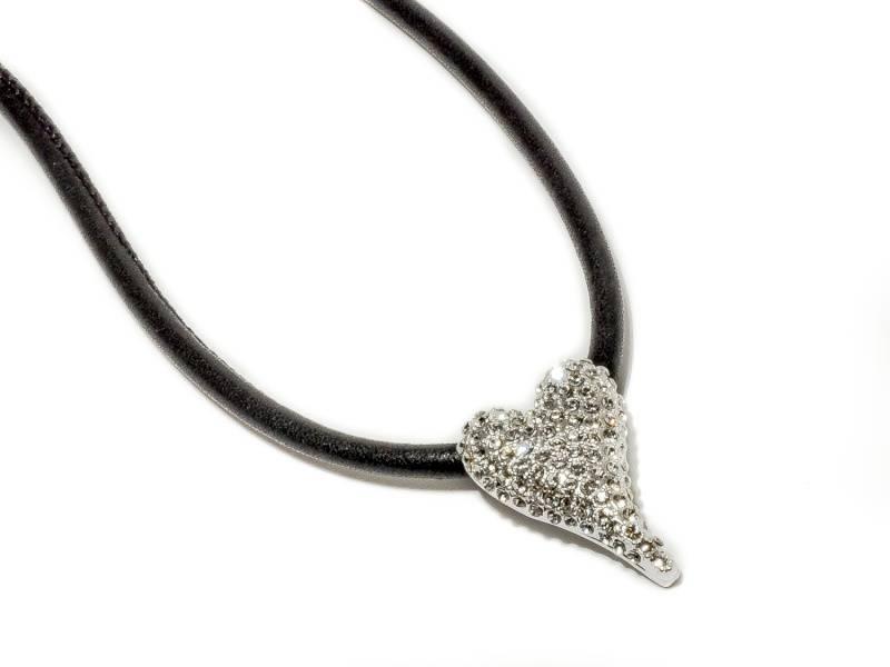 10621 Kort smykke skinnsnor lite hjerte med stener